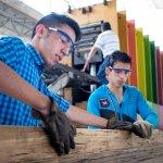 Lehrlinge bearbeiten die fertigen Balken